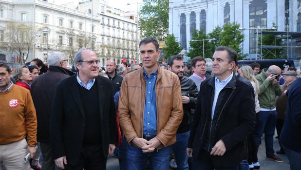 Ángel Gabilondo (izq.), Pedro Sánchez y José Manuel Franco (secretario general de los socialistas madrileños), en una manifestación del 1 de Mayo