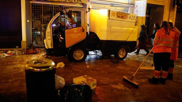 Imagen de archivo de un equipo de limpieza urbano de Valencia