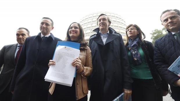 Belén Hoyo junto a César Sánchez, Rafael Hernando y otros dirigentes populares, con el recurso