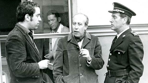 El escritor, en el centro, junto a Antonio Casal, el actor que dio vida a Plinio (derecha) en una serie de TVE en 1972