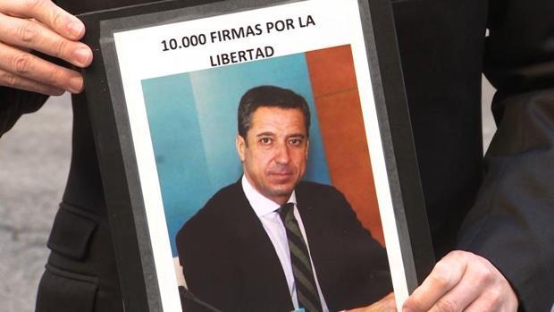Foto de Zaplana en la campaña de recogida de firmas de José Luis Bayo por su libertad