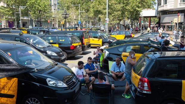 Los taxistas de Barcelona durante la huelga del verano pasado