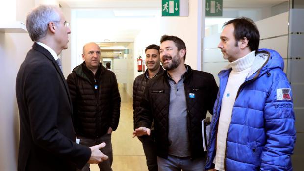 El conselleiro de Economía y los miembros del comitéde empresa de Alcoa
