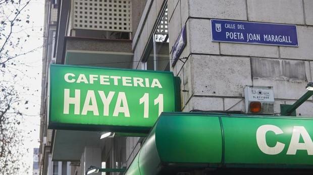 La placa ahora dedica al poeta Joan Maragall, antes Capitán Haya