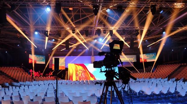 El montaje del escenario principal de la Convención Nacional del PP, ayer en Ifema