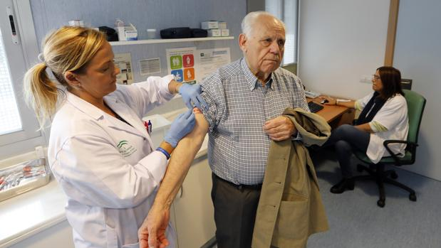 Un usuario recibiendo la vacuna antigripal