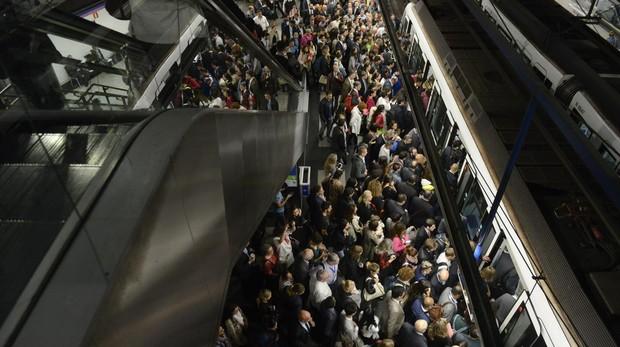 Aglomeración de viajeros de Metro en la estación de Nuevos Ministerios