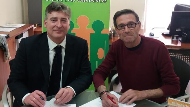 Martín Sanz y Roberto A. Oliver, firmando el convenio