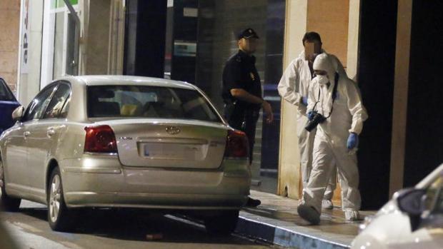 Investigadores de la Policía Científica inspeccionando el domicilio del crimen