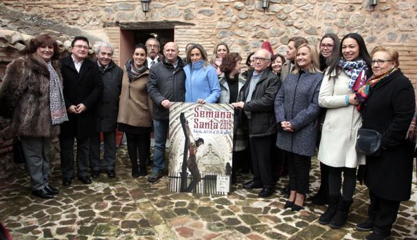 Tolón sujeta el cartel anunciador ganador de la Semana Santa de Toledo 2019