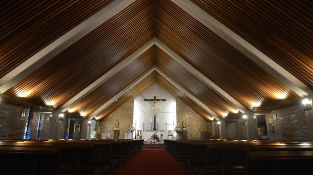 Nave principal de la parroquia del Bautismo del Señor, en Mirasierra