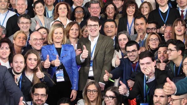 El presidente del PPCyL, Alfonso Mañueco, junto a los representantes de la delegación de Castilla y León que asisten a la Convencion Nacional del Partido