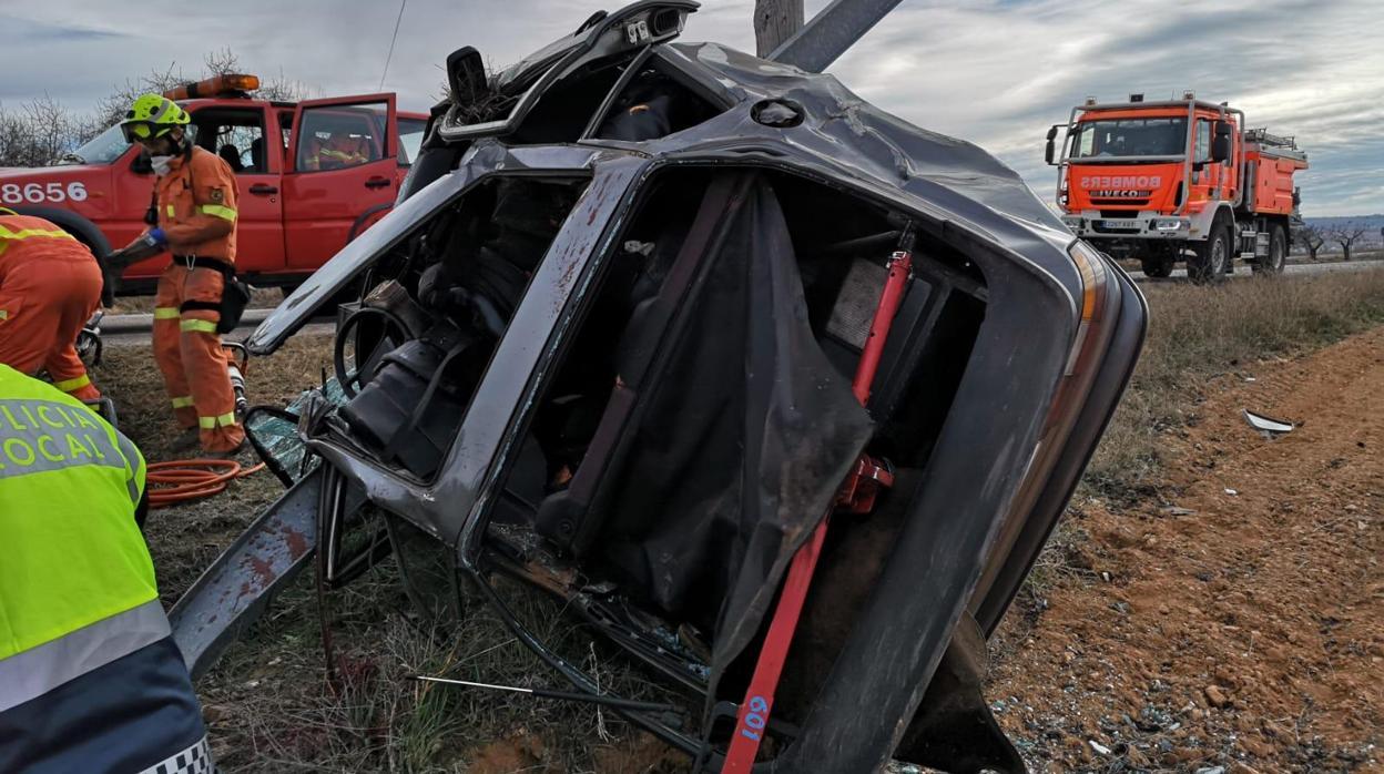Muere un hombre al salirse con su vehículo de la carretera y chocar contra el poste de una señal