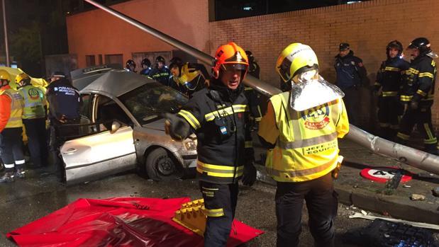 Los servicios de emergencias y la Policía intervienen en el lugar del accidente