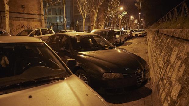 Arriba, los vehículos mal aparcados en el paseo de San Illán