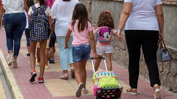 Menores a la salida de un colegio