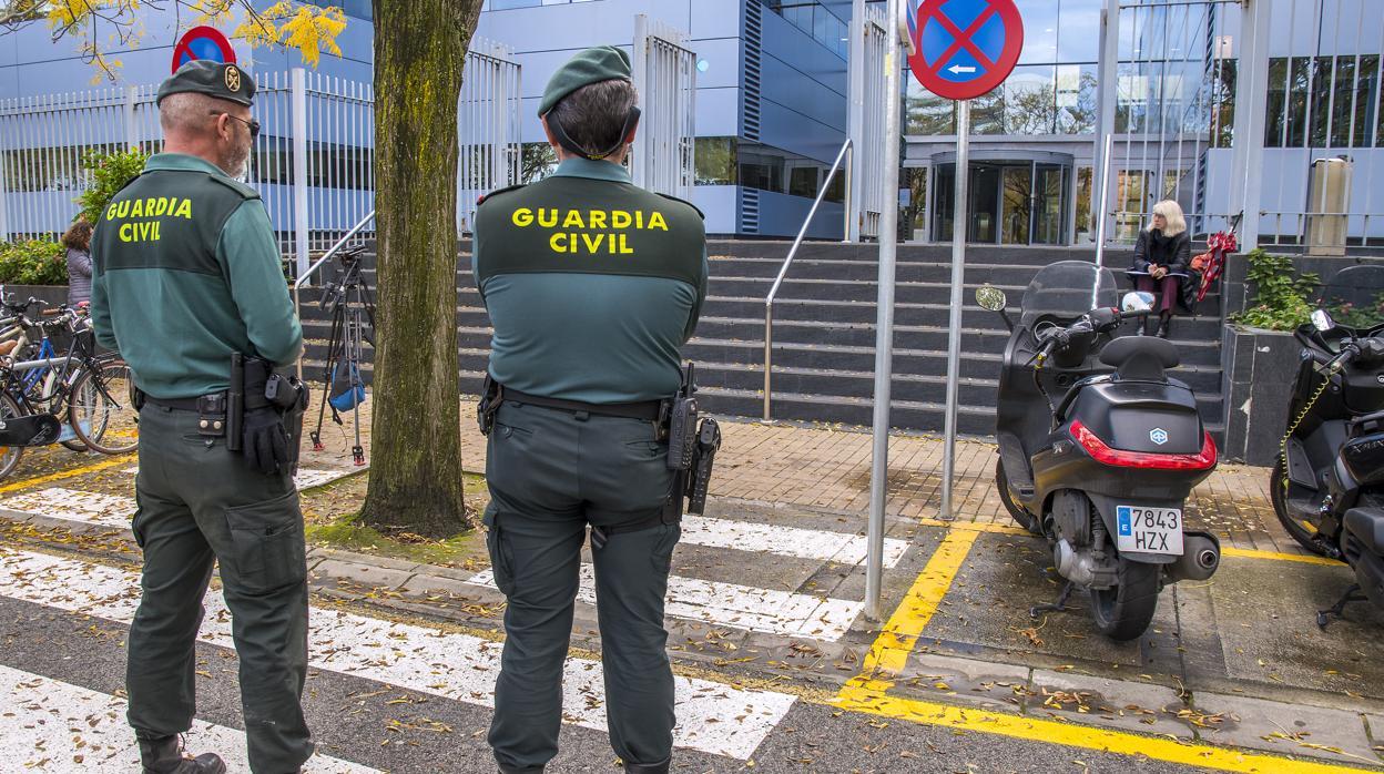 Aparecen pintadas amarillas en el cuartel de la Guardia Civil de La Seu d'Urgell