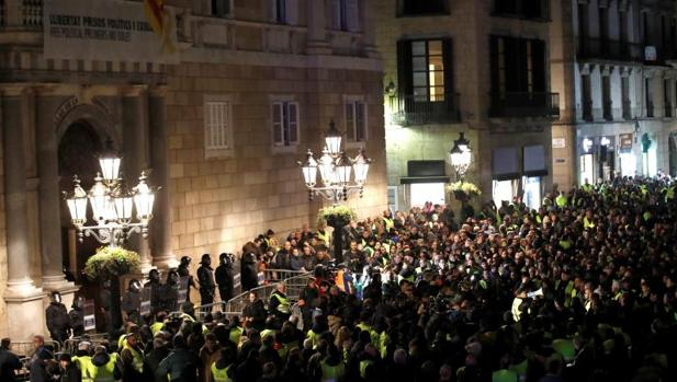 Centenares de manifestantes del colectivo, esta tarde a las puertas de la Generalitat