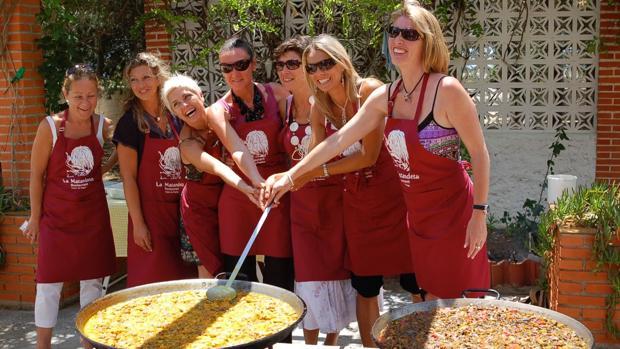 Graduadas en paella valenciana en La Matandeta (Alfafar)