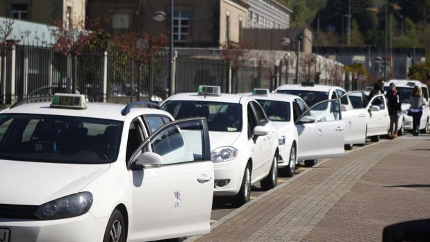 Varios taxis aparcados en una parada en la ciudad de Santiago de Compostela