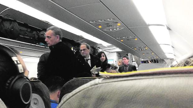 Torra, en el avión que lo llevó a Bélgica para visitar a Puigdemont ABC