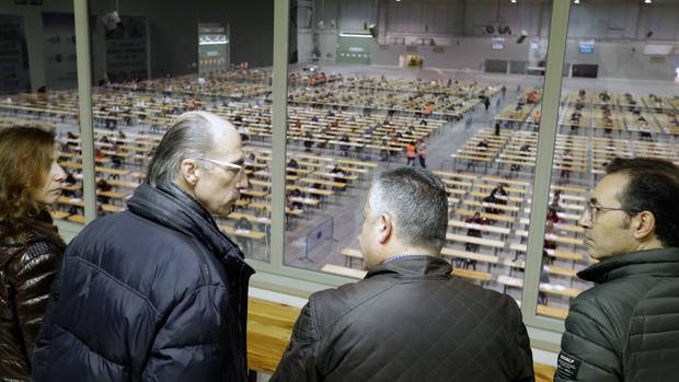 El conselleiro de Sanidade, en Silledad, durante unos exámenes de oposición del Sergas