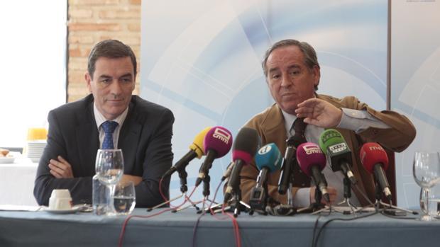 Ángel Nicolás, junto a Félix Peinado, presidente y secretario general de Cecam