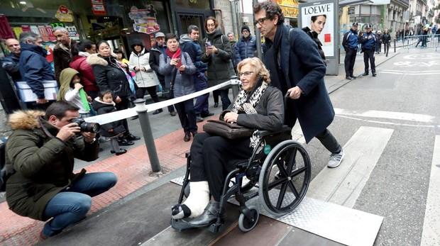 Manuela Carmena, en silla de ruedas tras su accidente doméstico