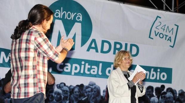El líder de Podemos Pablo Iglesias y la alcaldesa de Madrid, Manuela Carmena, en la campaña de 2015