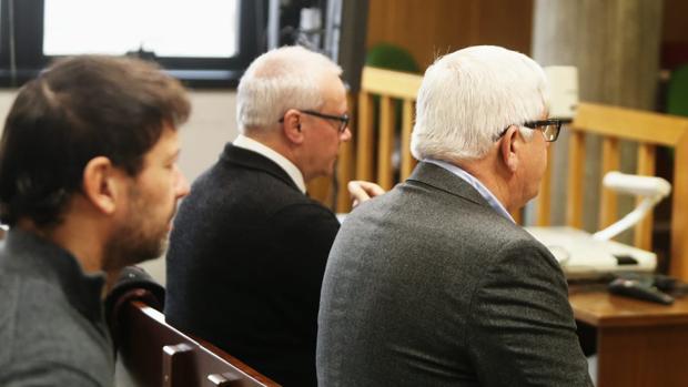 A la derecha, los dos acusados del «caso Cuñada», el funcionario Orúe y el empresario Comesaña (dcha.). A la izquierda, el denunciante, Carlos Fernández Armada