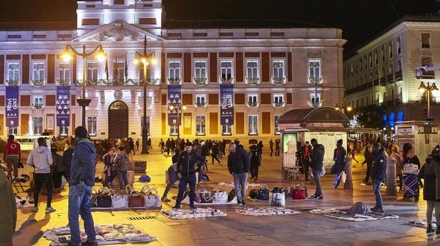 Manteros en la Puerta del Sol durante la Navidad