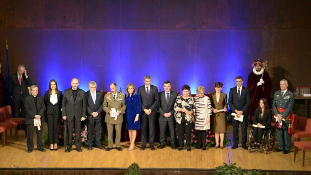 Foto de familia de todos los galardonados con la alcaldesa, Milagros Tolón