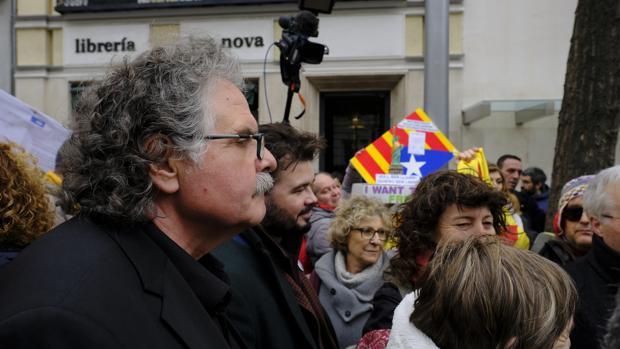 Los diputados de ERC Joan Tardà y Gabriel Rufián, en una marcha independentista frente al TS