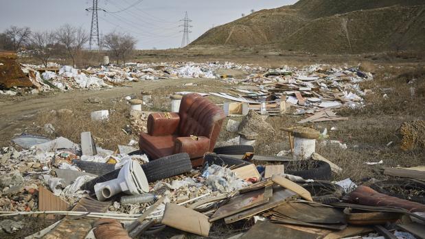 Toneladas de escombros, neumáticos y mobiliario, ayer, acumulado en el camino de la Magdalena