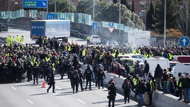 Una multitud de taxistas corta la M-40 ante la presencia de los «antidisturbios»