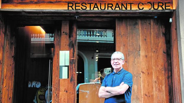 El veterano jefe de sala junto a la puerta del restaurante Coure de Barcelona
