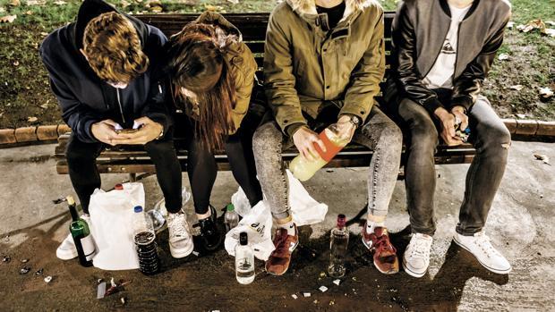 Jóvenes bebiendo en la vía pública