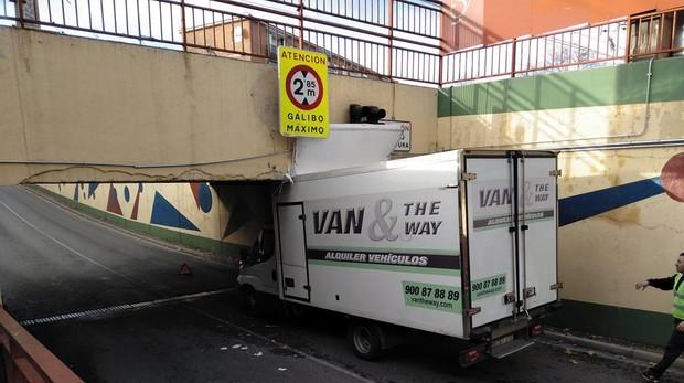 Último vehículo encallado en el puente «tragacamiones»