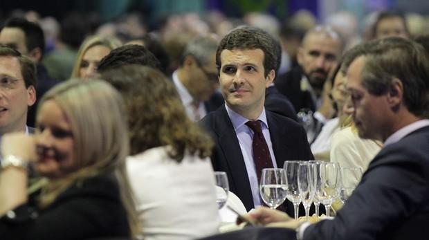 Pablo Casado, con Antonio González-Terol en primer término, durante la cena de Navidad del PP