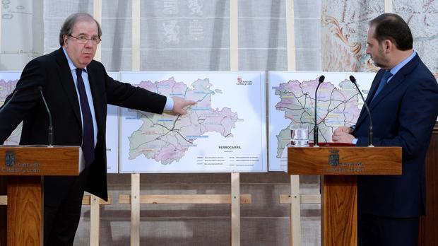 El ministro de Fomento, José Luis Ábalos (d), y el presidente de la Junta de Castilla y León Juan Vicente Herrera (i) durante la rueda de prensa ofrecida tras su reunión en Valladolid