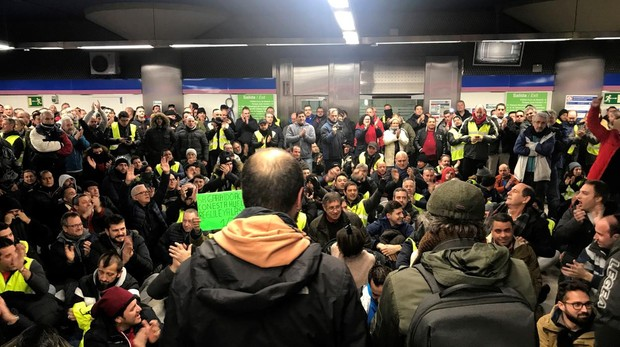 Sentada de los taxistas en la estación de Metro de Feria de Madrid