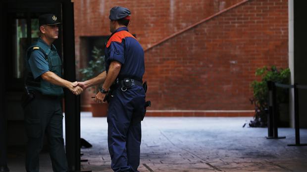 Un guardia civil y un mosso se saludan durante un operativo