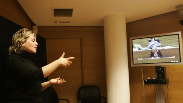 Una intérprete de lengua de signos