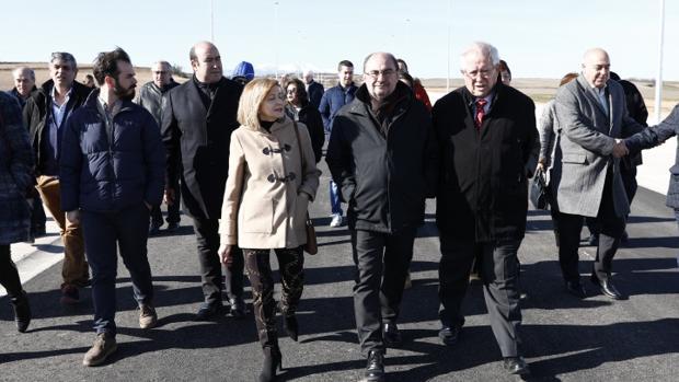 El presidente de Aragón, Javier Lambán, entre la alcaldesa de Gallur, Yolanda Salvatierra, y el vicepresidente de la DPZ, Martín Llanas, durante la visita que giraron al poligono industrial