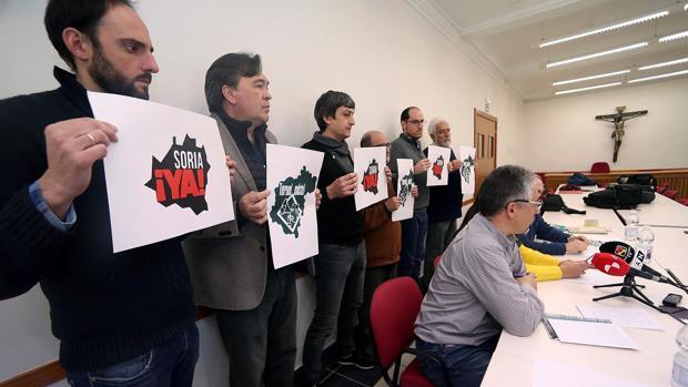 Representantes de «Soria Ya» y de «Teruel Existe», durante la reunión que han mantenido para coordinar la convocatoria de la manifestación a celebrar en Madrid