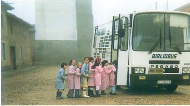Imagen de uno de los bibliobuses que circuló por la provincia de León en los años 80
