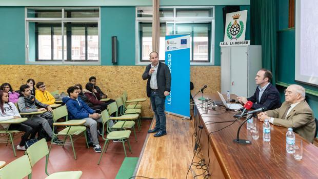 El director del IES La Merced presenta a Jesús y Marcos Yllera a los alumnos