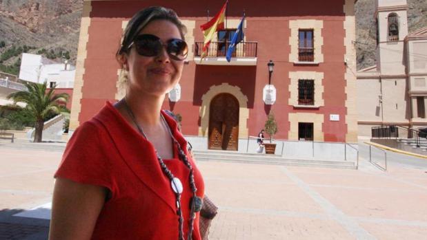 La exalcaldesa de Redován Leticia Bas, frente al Ayuntamiento
