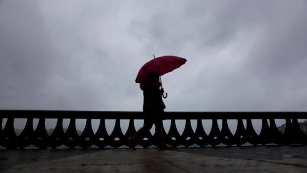 Una mujer en el paseo marítimo de La Coruña