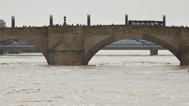 El Ebro, a su paso por Zaragoza capital. Ni cinco días de tregua ha dado el río desde su última crecida
